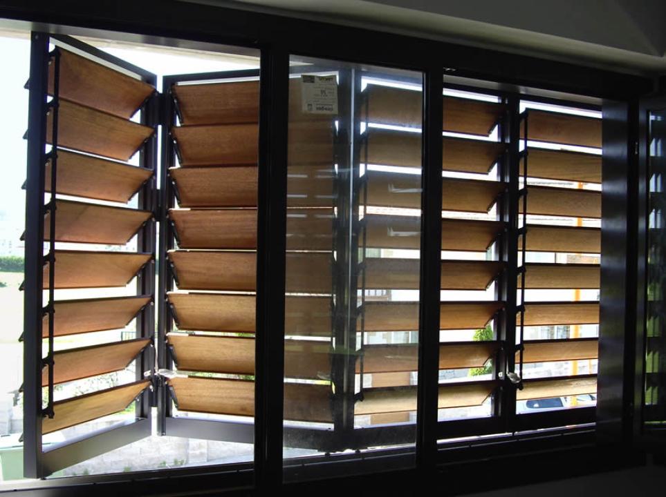 Celos as de madera con marco corrugable gravent - Celosias para ventanas ...