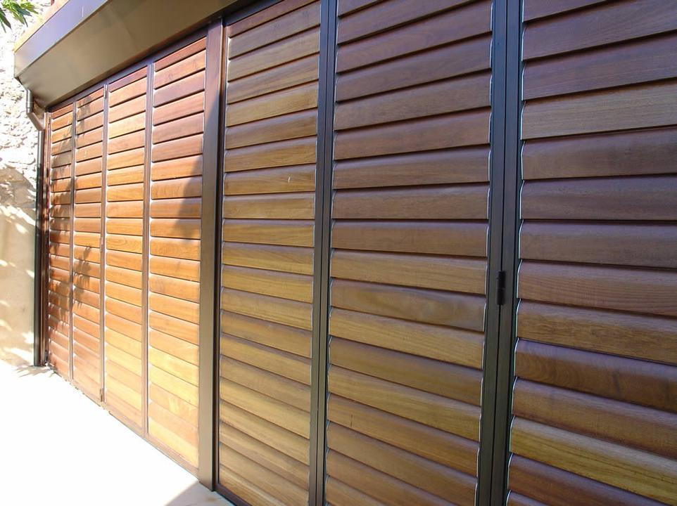 Celos as de madera con marco practicable gravent for Celosias en madera