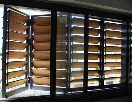 Celosías de madera con marco corrugable