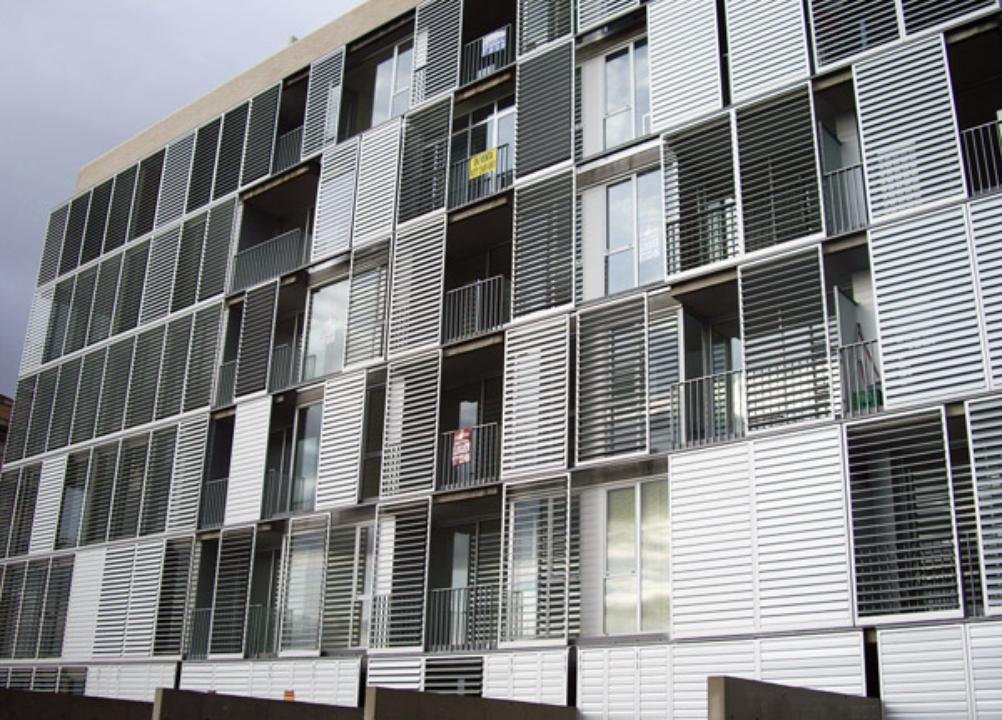 Celos as de aluminio con marcos correderos gravent for Fachada aluminio