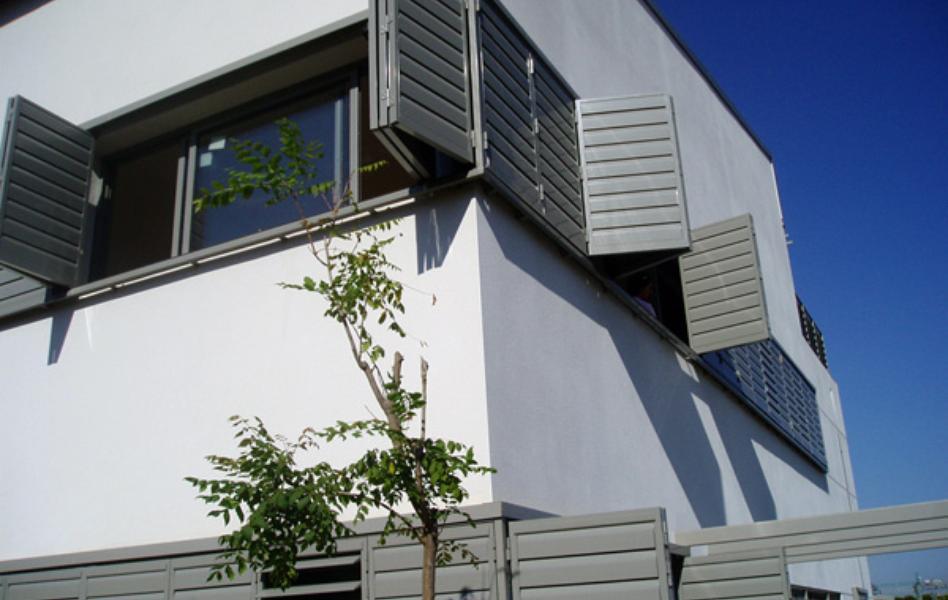 Celosía de aluminio con marco corrugable