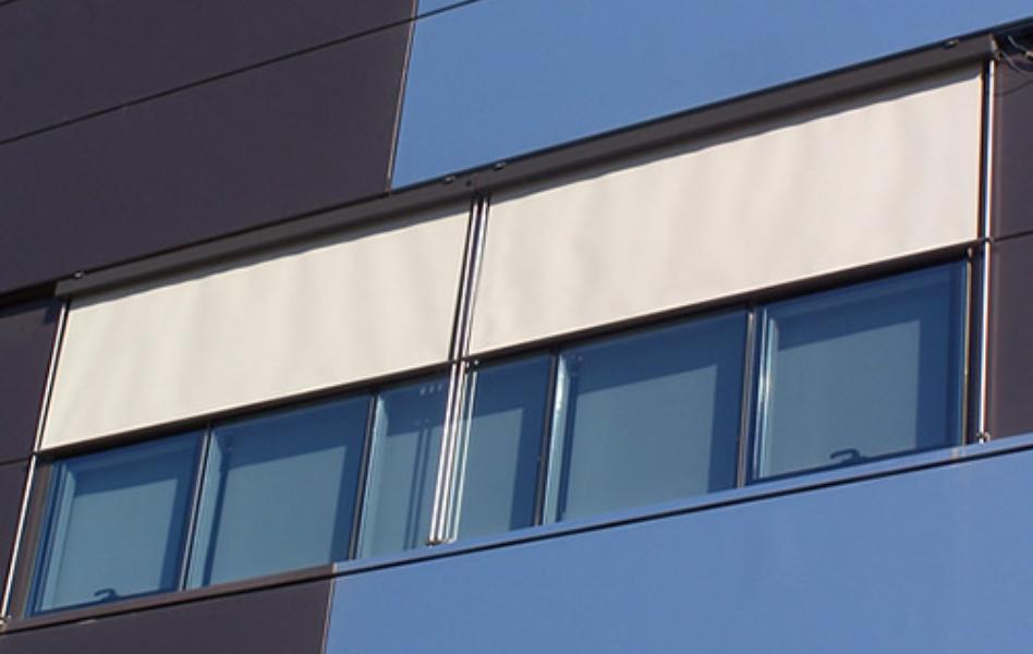 Oficinas Toldo vertical guiado con barras de acero inoxidable
