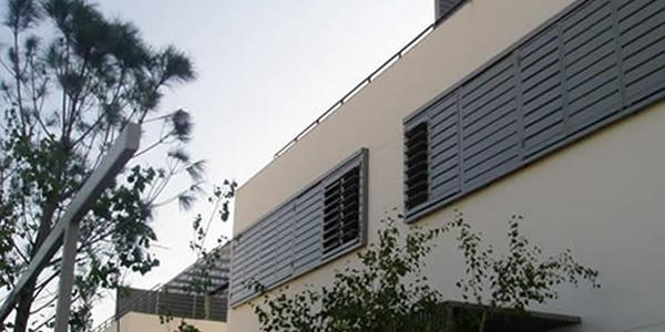 Viviendas unifamiliares celosías de aluminio con marco corrugable