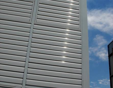 Centro de salud Madrid celosías de aluminio con marco corrugable