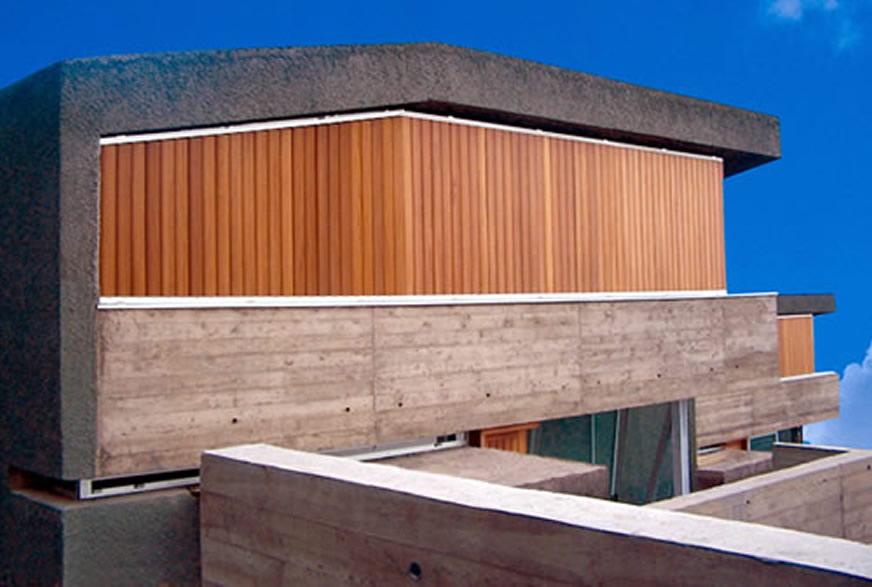 Viviendas Tenerife celosías madera con marco fijo